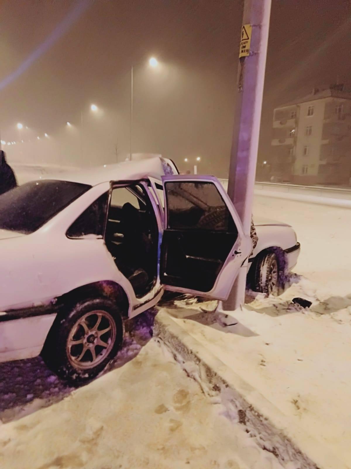 kaza direğe çarptı