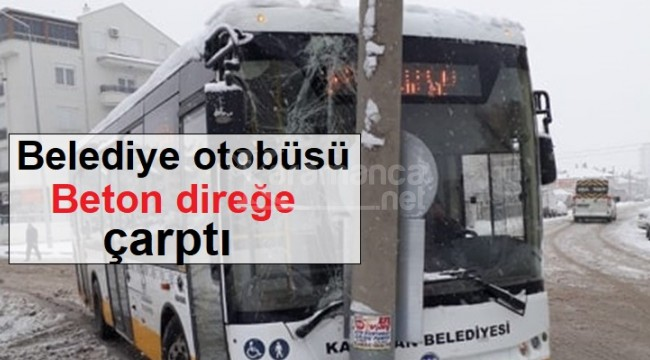 Karaman'da belediye otobüsü aydınlatma direğine çarptı