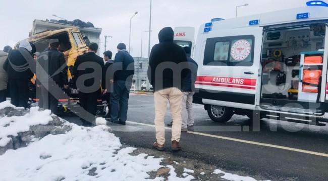 Pancar yüklü kamyonla TIR çarpıştı