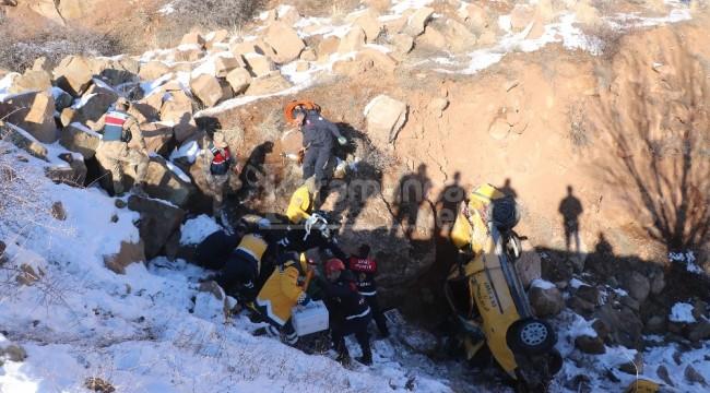 Sivas'ta ticari taksi şarampole uçtu 2 ölü, 1 yaralı