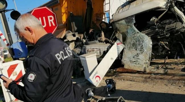 Akdeniz'de tren hafriyat kamyonuna çarptı 1 ölü