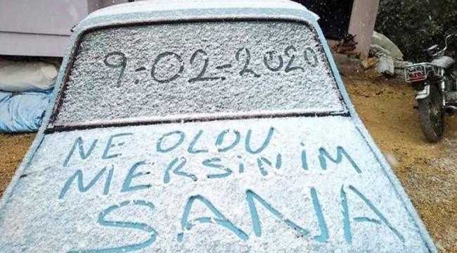 Güneşli havada kar yağdığını gören Mersinli şaşırdı