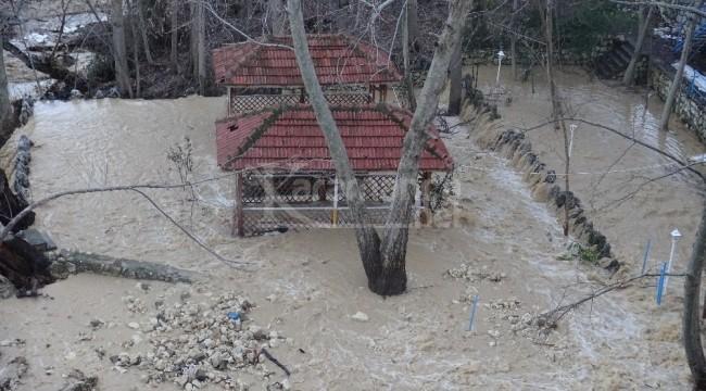 Karaman'da sel nedeniyle yol çöktü