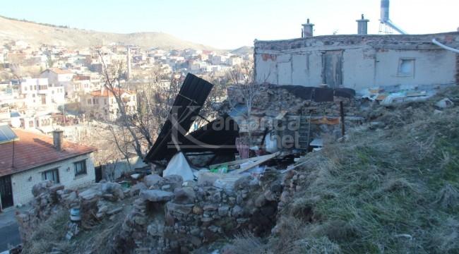 Sille'de dağdan yuvarlanan kaya evi yıktı