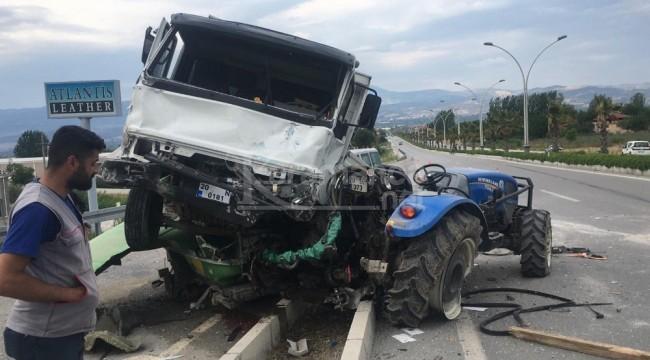 Alkollü sürücünün yanındaki kadın haberciye vurdu