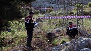Çobanlık yapan kadın yanmış erkek cesedi buldu