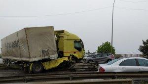 Kaza yapan TIR yolu trafiğe kapattı