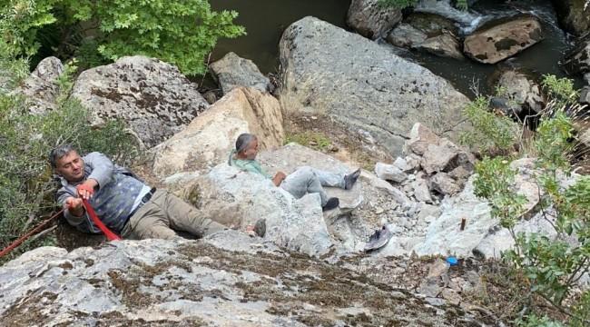 Dinamit patlatınca şelaleden düşen defineciler kurtarıldı