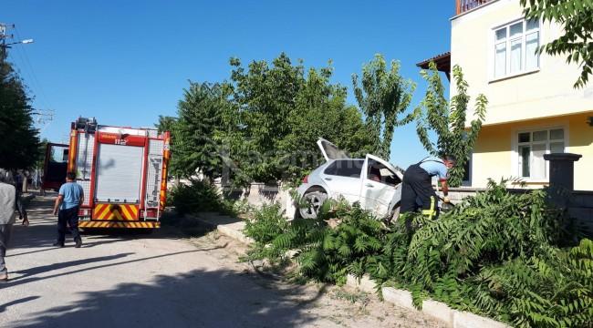 Karaman'da çarptığı ağacı kırıp üstüne çıkan araçta 2 yaralı
