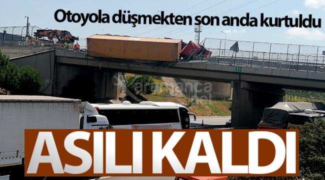 Devrilen TIR köprüde aslı kaldı