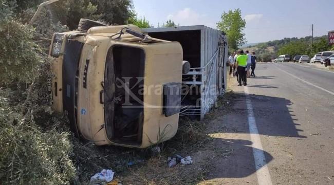 Erdemli'de lastiği patlayan çöp kamyonu devrildi 3 yaralı