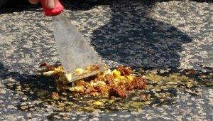 Esnaf asfaltta sucuklu yumurta pişirdi