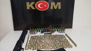 Silahlı saldırgan arayan polis define buldu