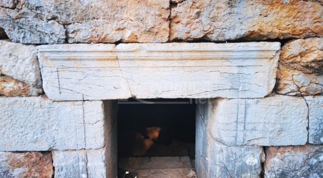 Cağ Baba diye dua ettikleri türbe Yunan savaşçının mezarı çıktı