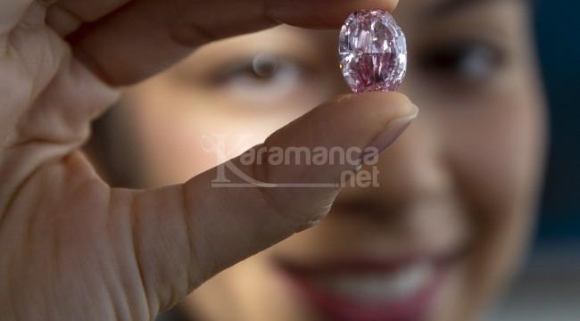 Pembe elmas 26,6 milyon dolara satıldı