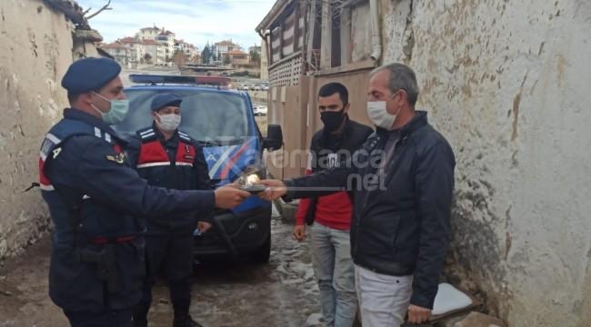 Karaman'da jandarma, yolda bulduğu cüzdanı sahibine teslim etti