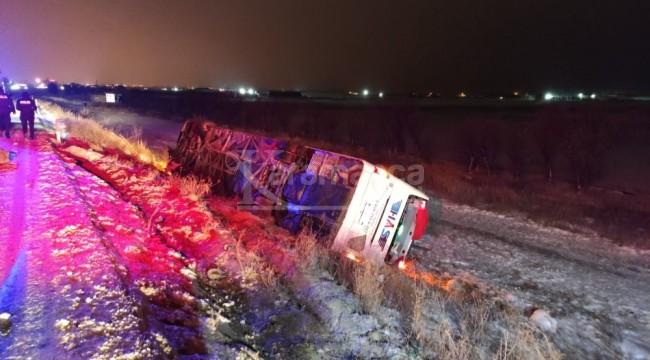 Otomobile otobüs çarptı 5 ölü, 32 yaralı