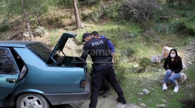 Polisi görünce, kız arkadaşını araçta bırakıp dağa kaçtı