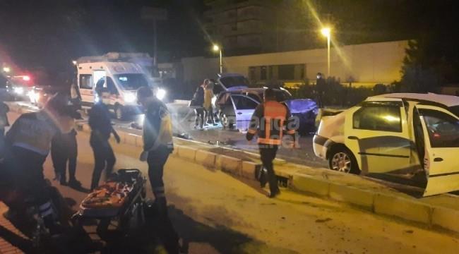 Erdemli'de 2 otomobil kafa kafaya çarpıştı 1'i ağır 9 yaralı