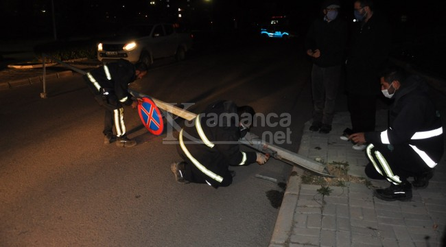Karaman'da MEDAŞ'a ait aydınlatma direği sokağa devrildi
