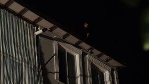 Çatıya çıkan 16 yaşındaki kız zor ikna edildi