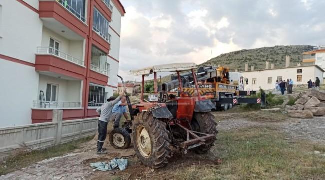 Şarampole devrilen 70 plakalı traktörün kadın sürücüsü yaralandı