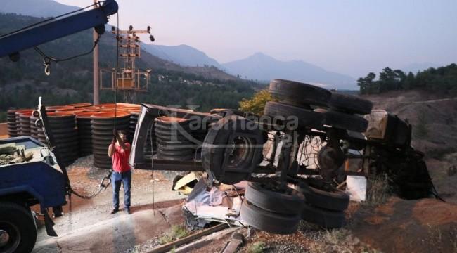Beton bariyere çarpan 70 plakalı kamyondaki 4 kişi öldü