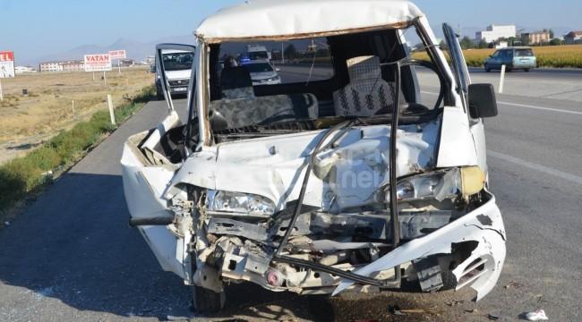 Minibüs tıra çarptı 1 yaralı