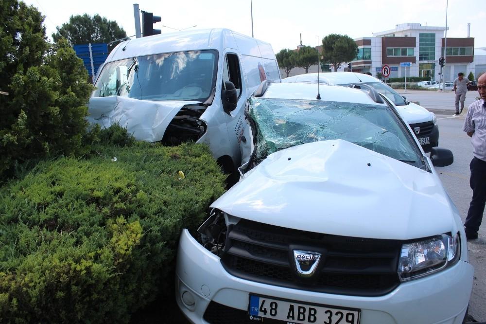 İlaç firması aracı otomobille çarpıştı: 2 yaralı