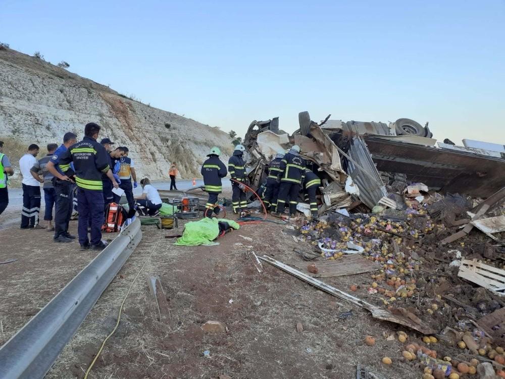 Devrilen TIR'daki 3 kişi öldü