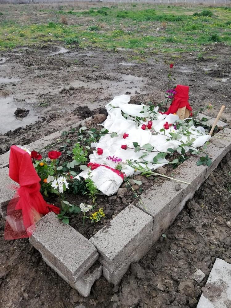 Giyemediği gelinliği mezarının üzerine örtüldü