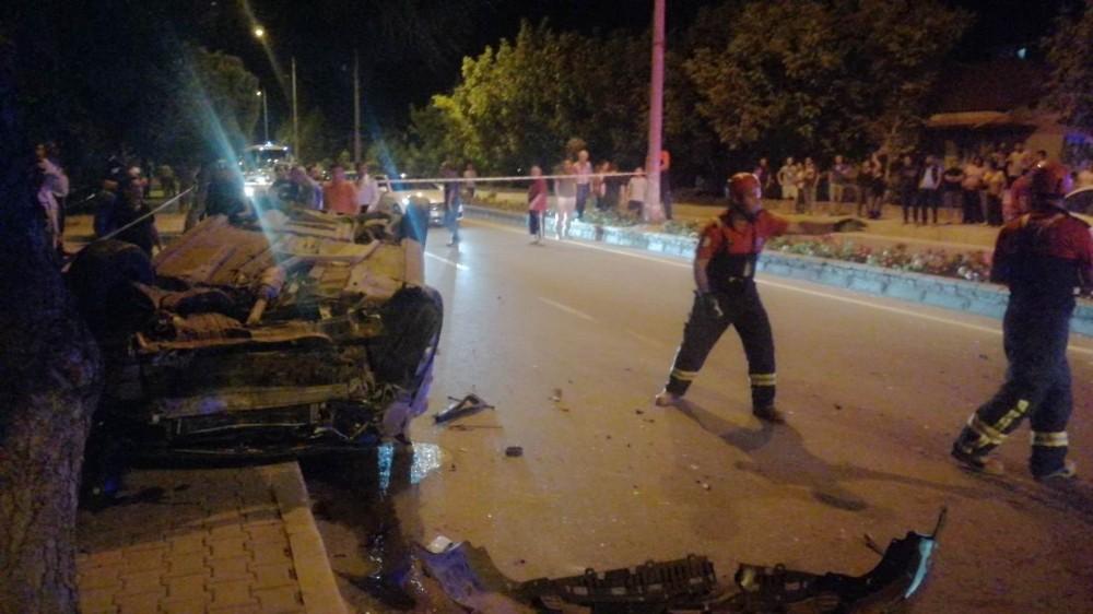İki otomobil çarpıştı, ortalık savaş alanına döndü: 2 yaralı
