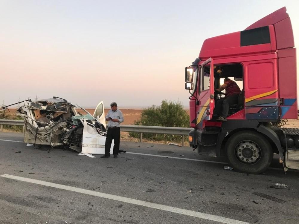 TIR'ın altına giren araç paramparça oldu 1 ölü