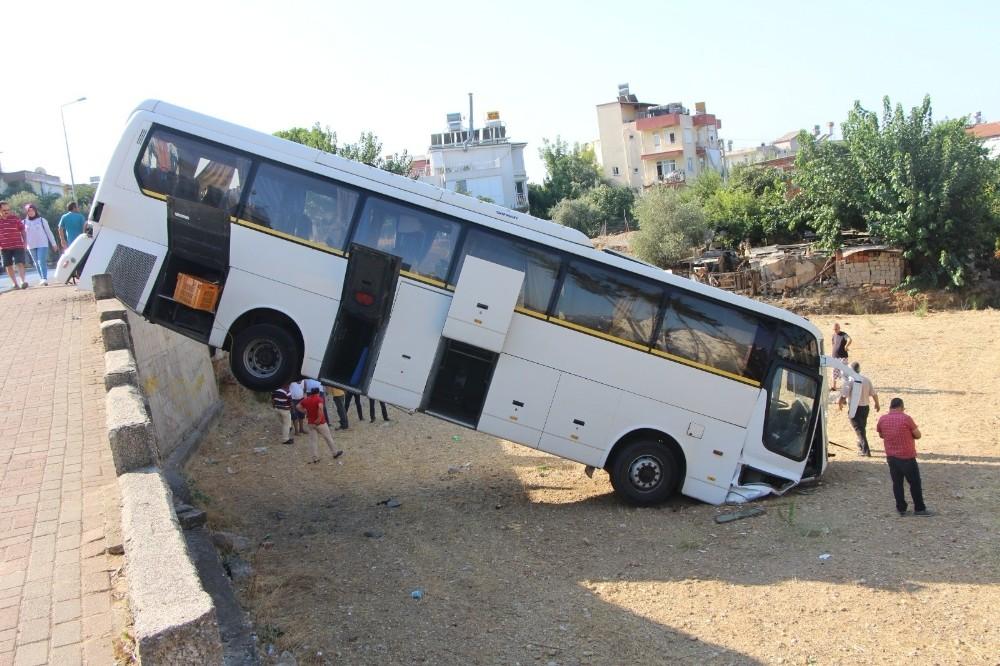 Freni boşalan otobüs istinat duvarından aşağıya uçtu